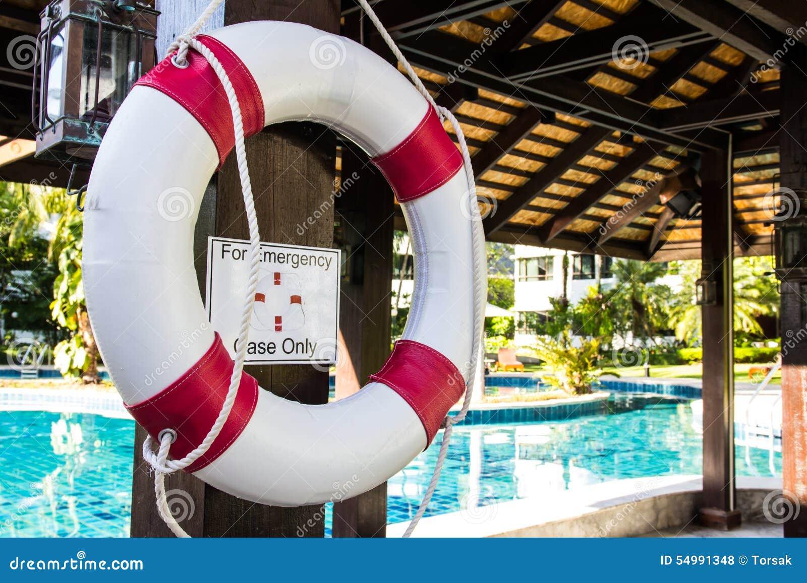 Reddingsboei het hangen op pool
