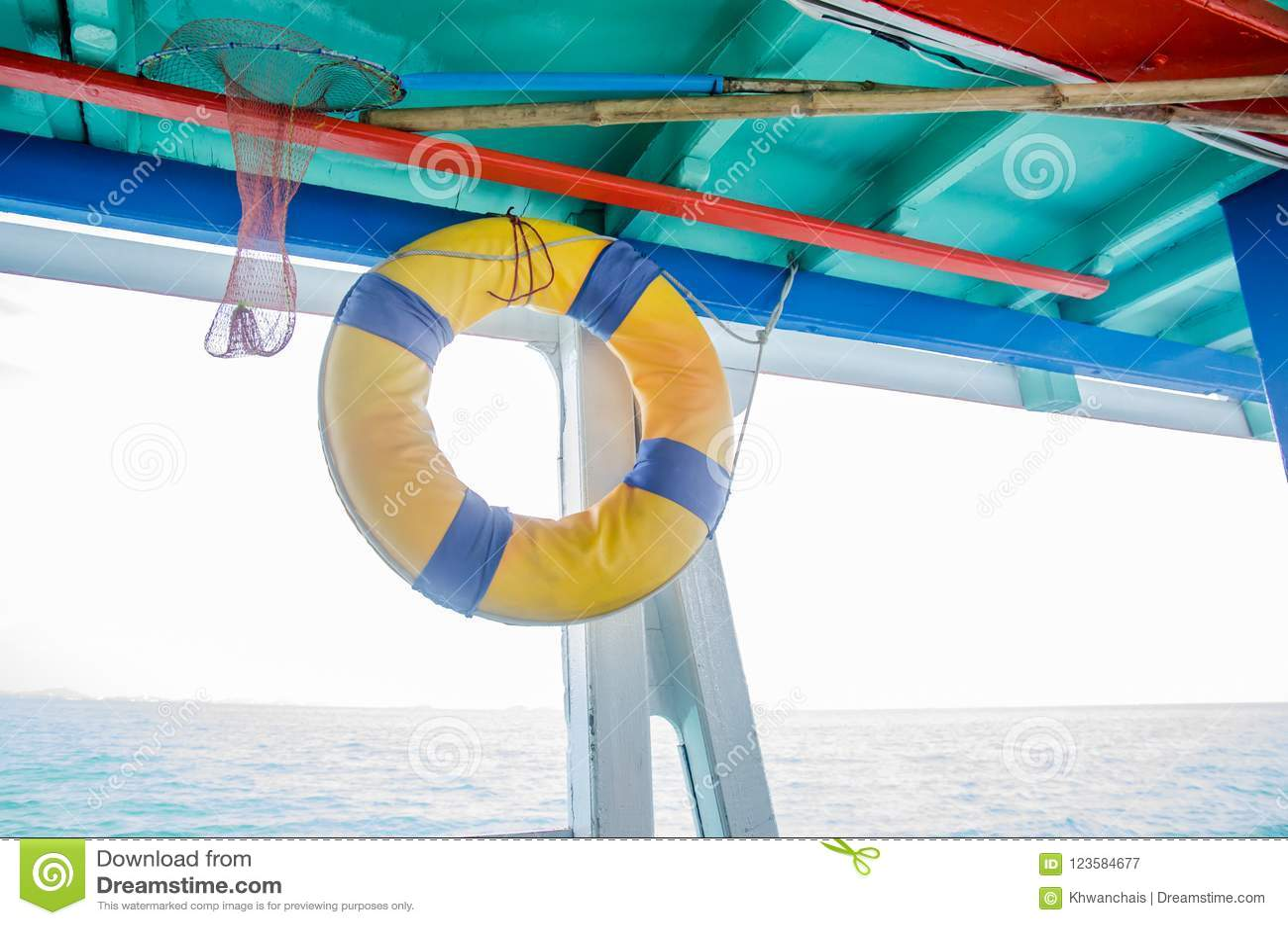Reddingsboten in boten voor toeristen worden gehangen die