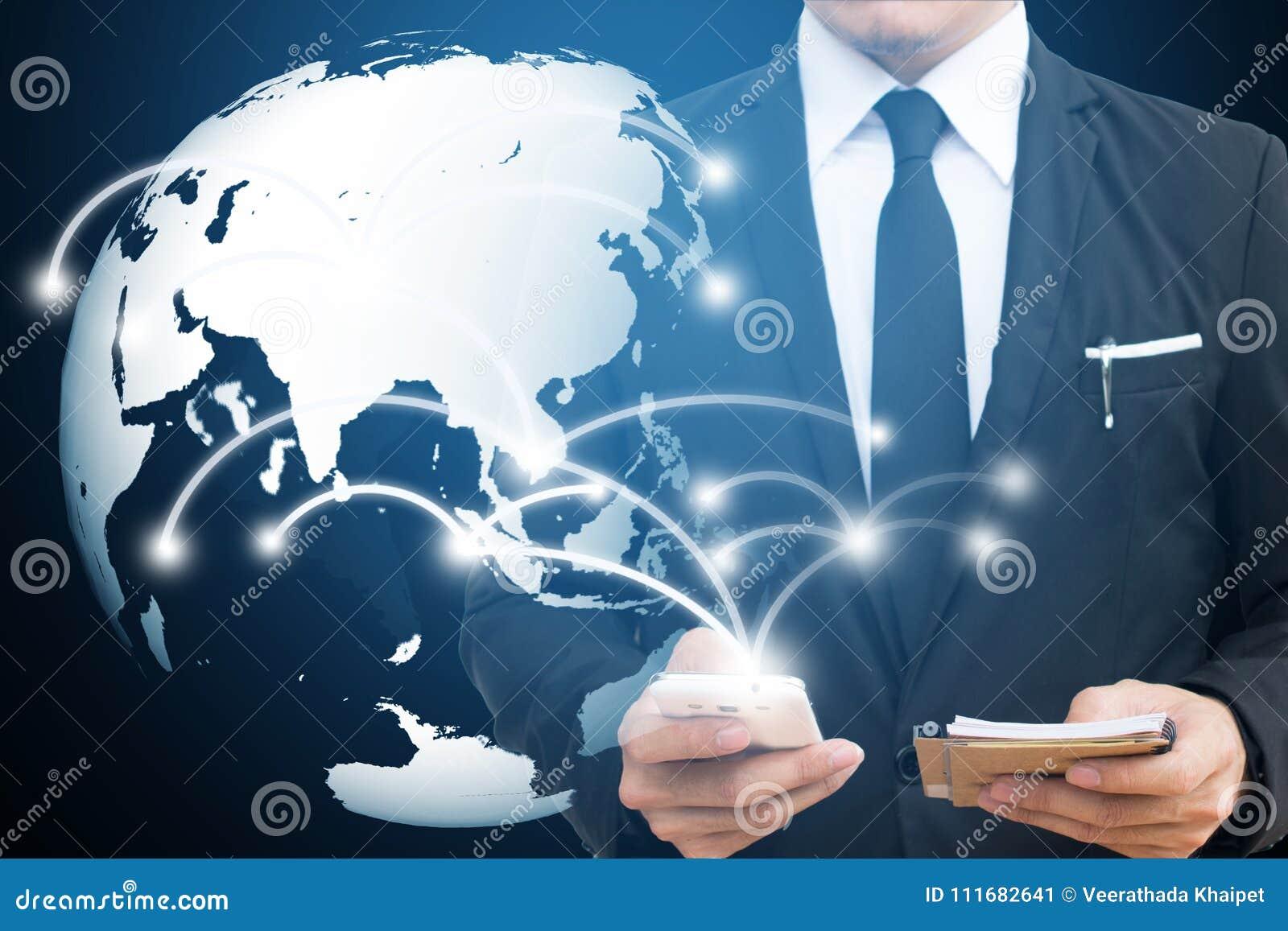 Rede global e telefone celular tocantes do homem de negócios uma comunicação e conceitos sociais dos meios