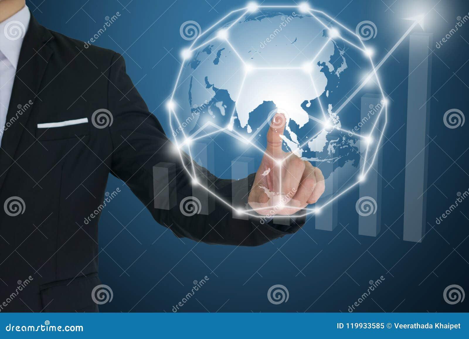 Rede global tocante do homem de negócios e cartas financeiras que mostram o rendimento crescente uma comunicação e conceitos soci