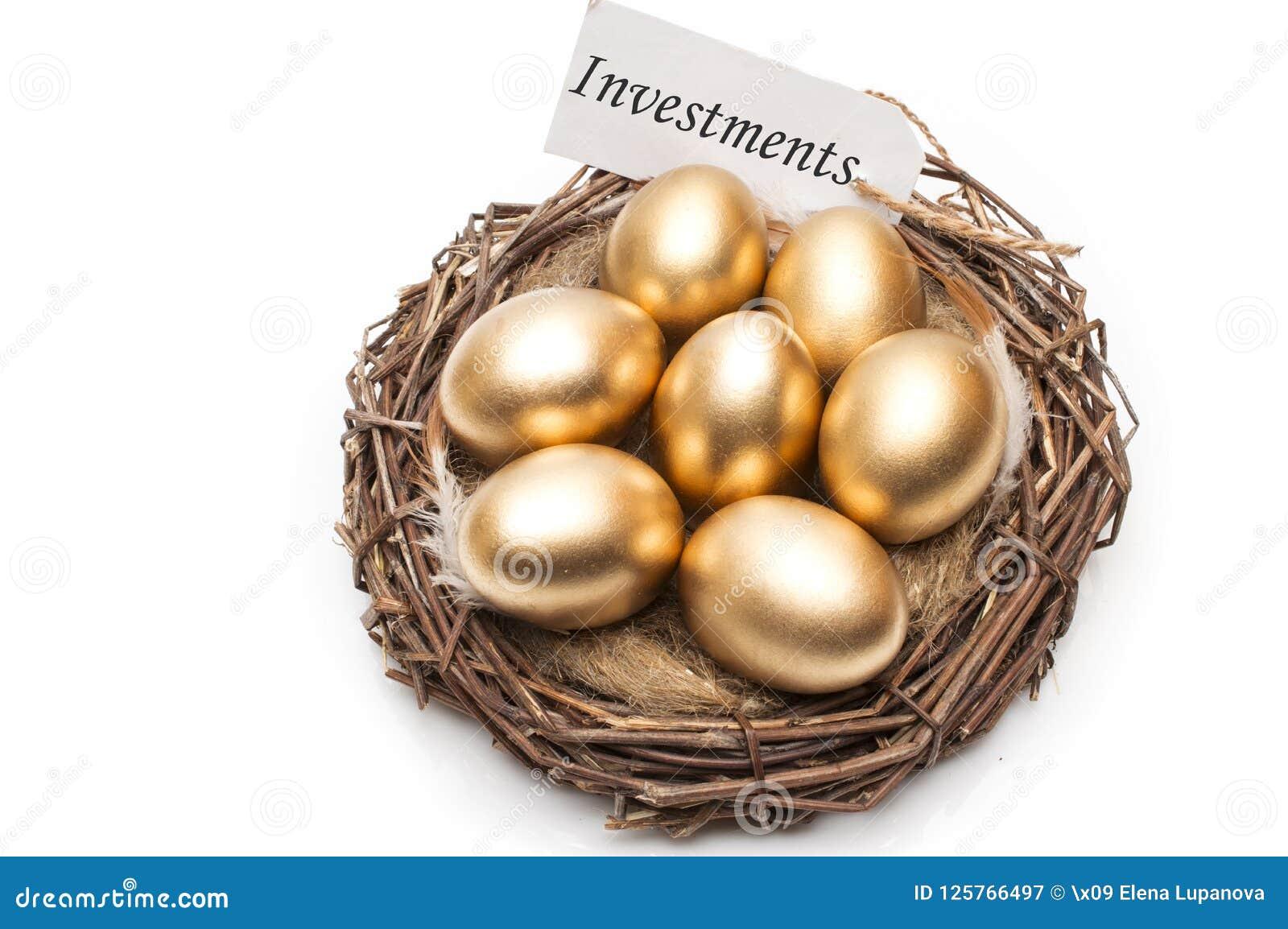 Rede med guld- ägg med en etikett och ett ord av investeringar på en vit bakgrund Begreppet av den lyckade avgången
