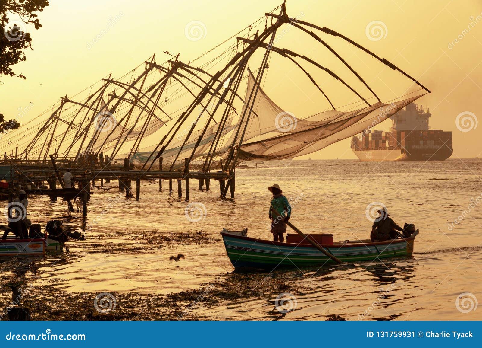 Redes de pesca chinas en Cochi, Kerala, la India - en color en la oscuridad