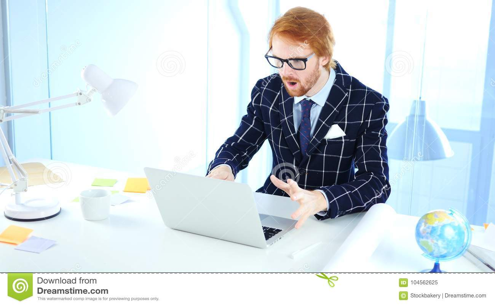 Redhead επιχειρηματίας που συγκλονίζεται, ζαλισμένος δημιουργικός σχεδιαστής
