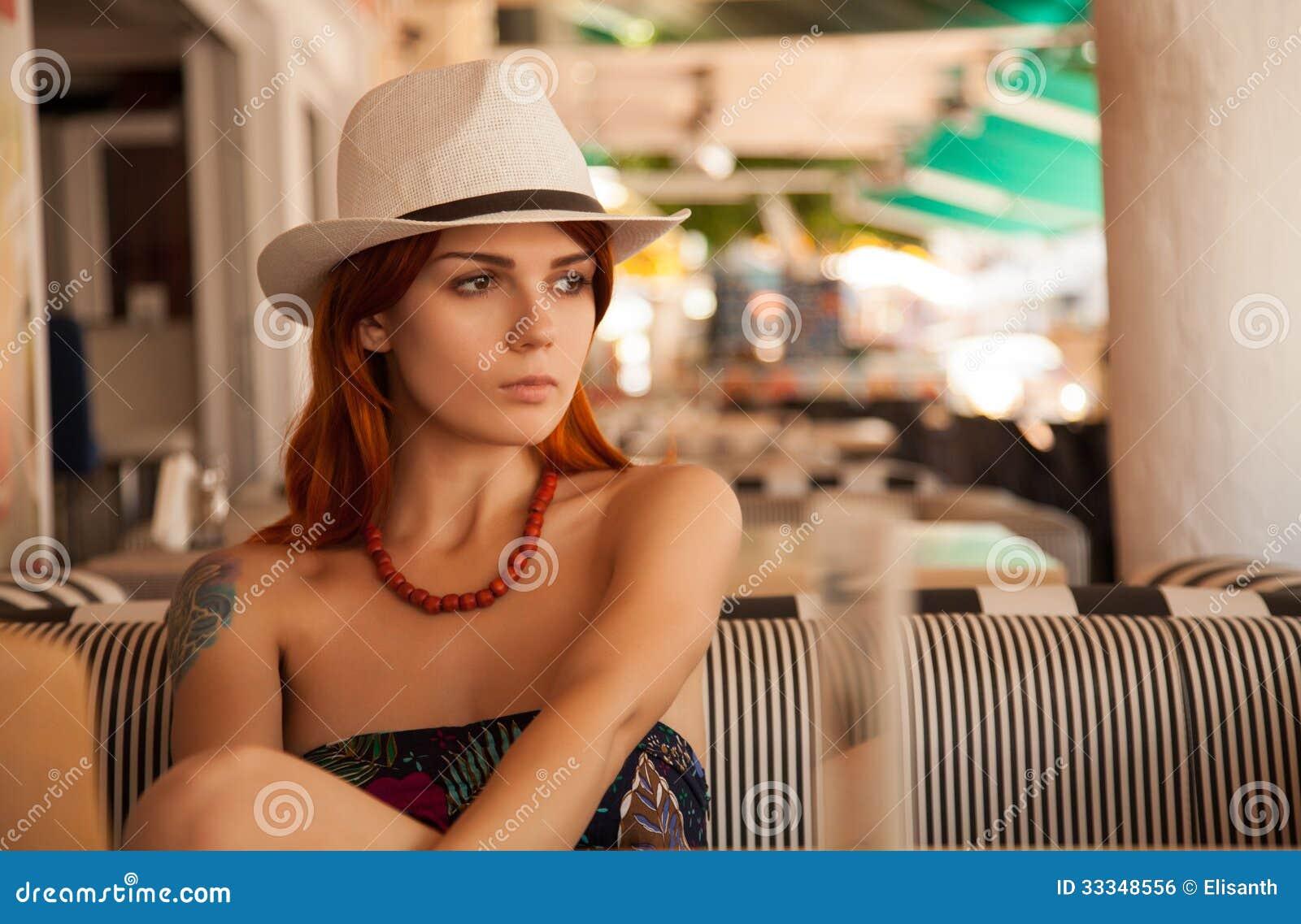 Redhead κορίτσι στην περιστασιακή εξάρτηση