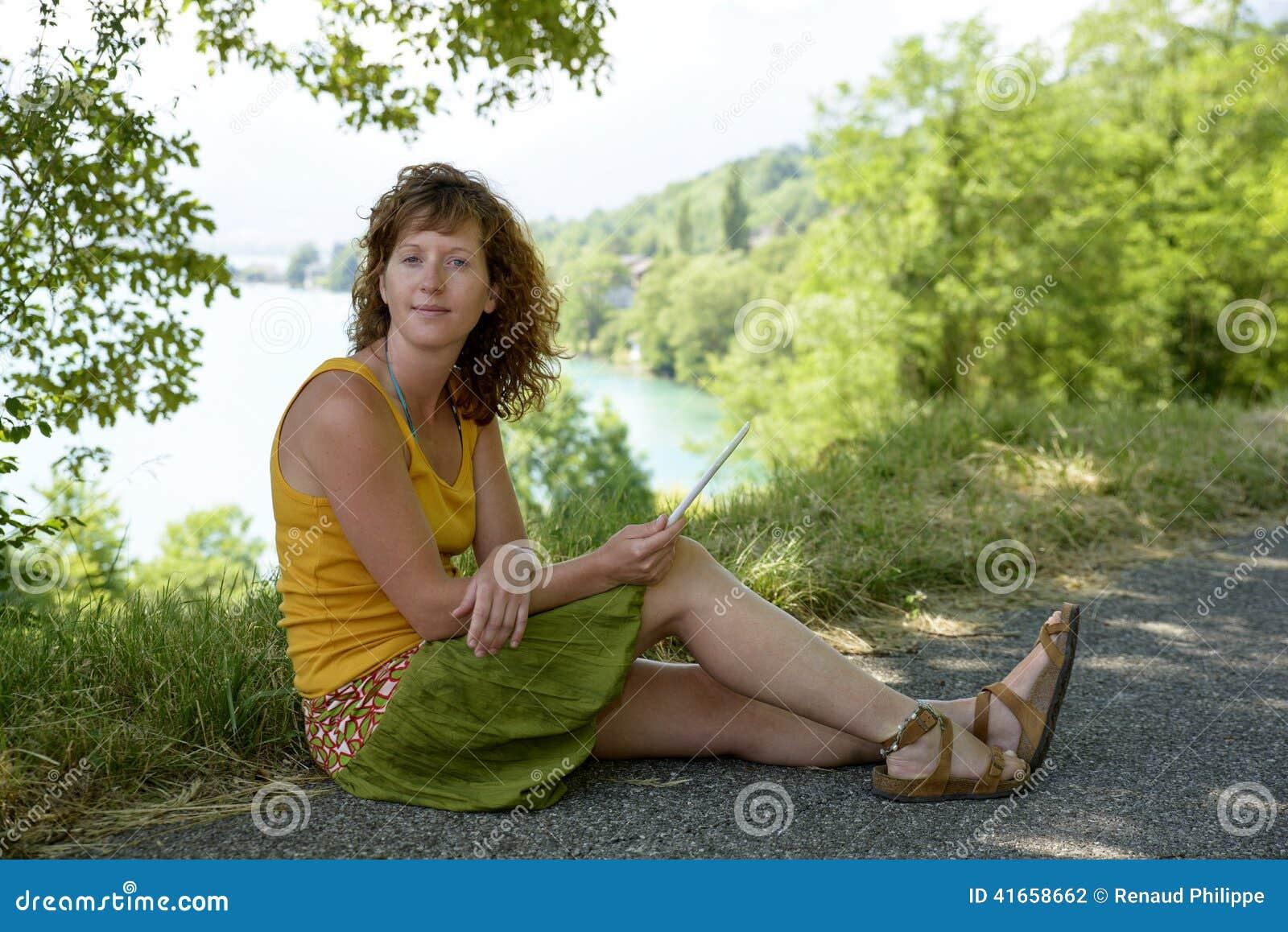 Redhead и естественная женщина в природе