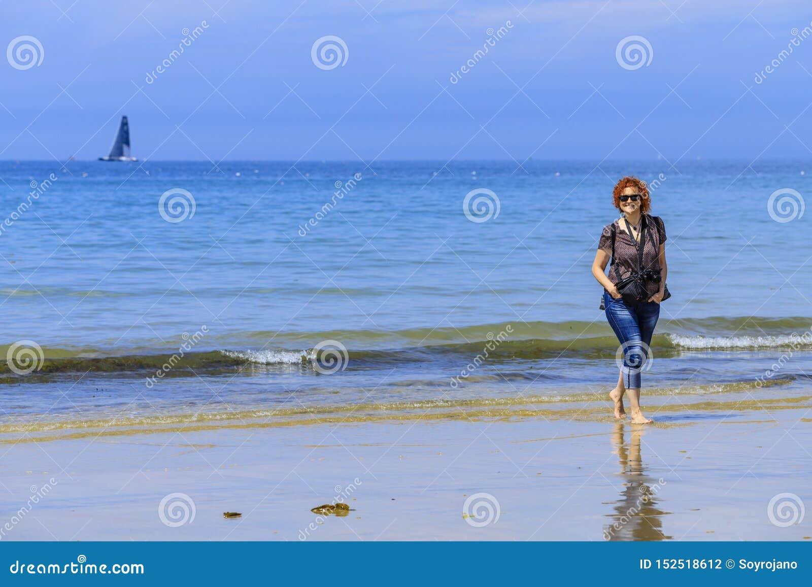 Redhed kobieta na seashore