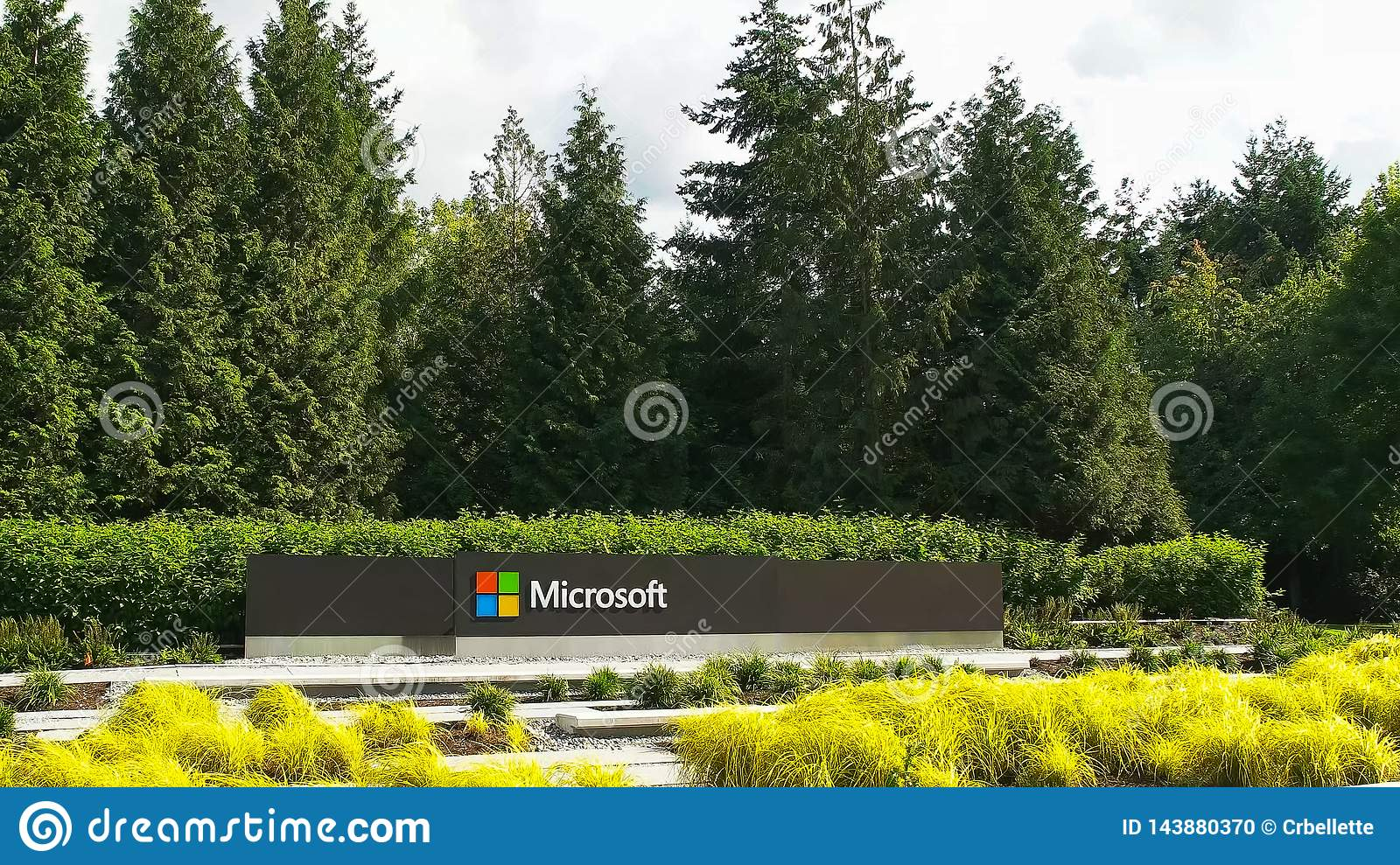 REDMOND WASHINGTON, USA SEPTEMBER 3, 2015: bred sikt av den Microsoft Windows logoen och namn på seattle