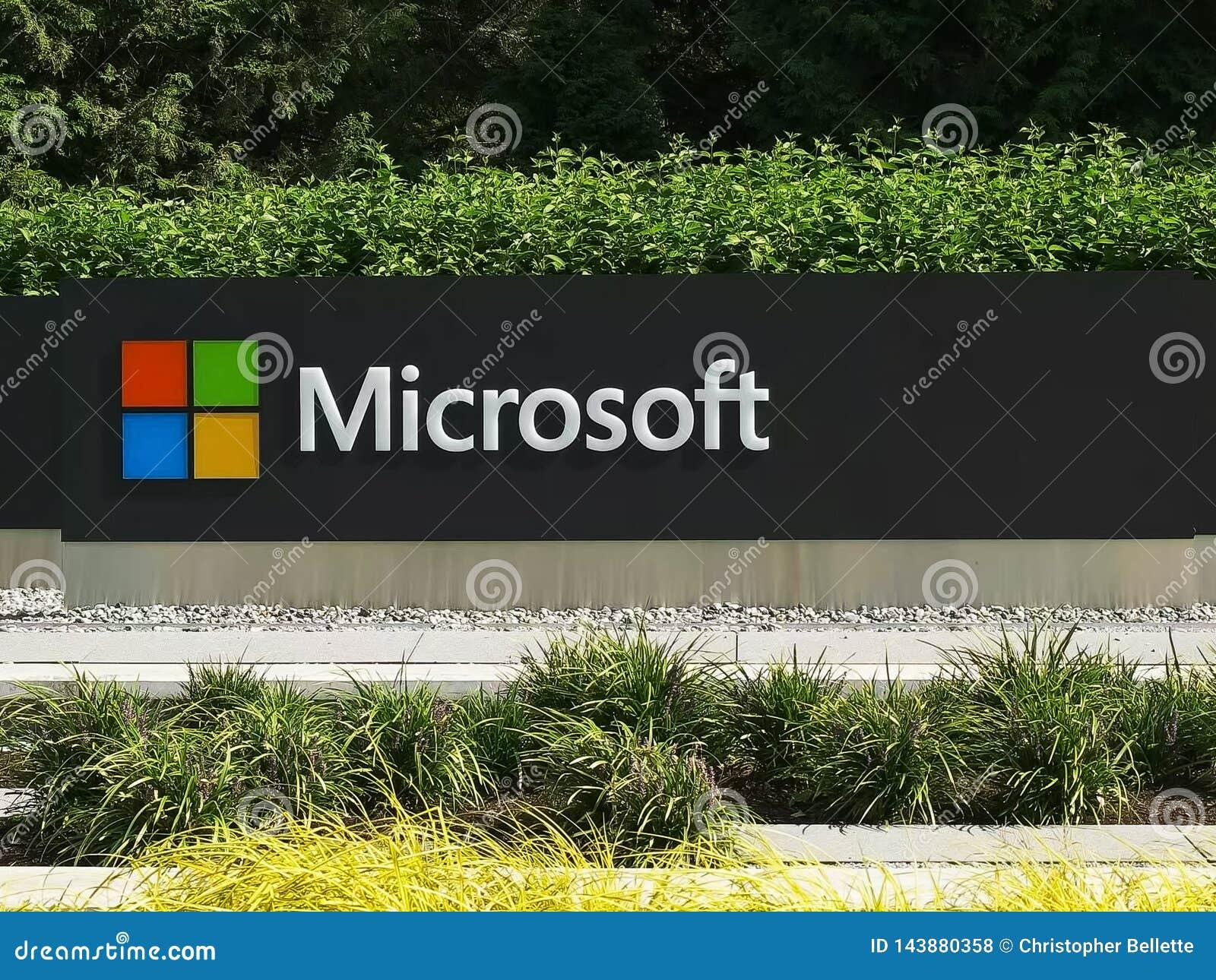 REDMOND WASHINGTON, USA SEPTEMBER 3, 2015: slut upp den yttre sikten av den Microsoft Windows logoen och namn på seattle