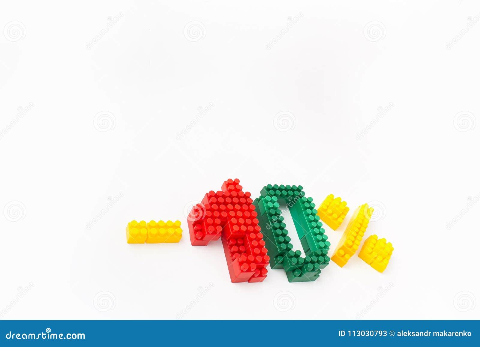 Reducción de precio en porcentaje Un descuento Figuras de un diseñador coloreado de los cubos en un fondo blanco