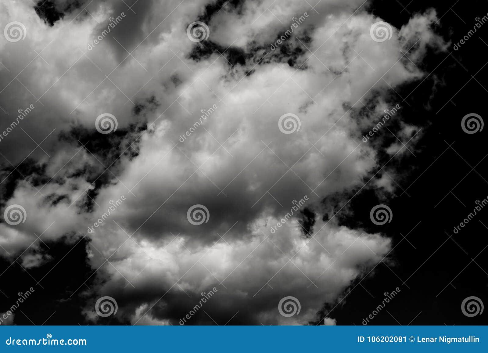 Reeks geïsoleerde wolken over zwarte
