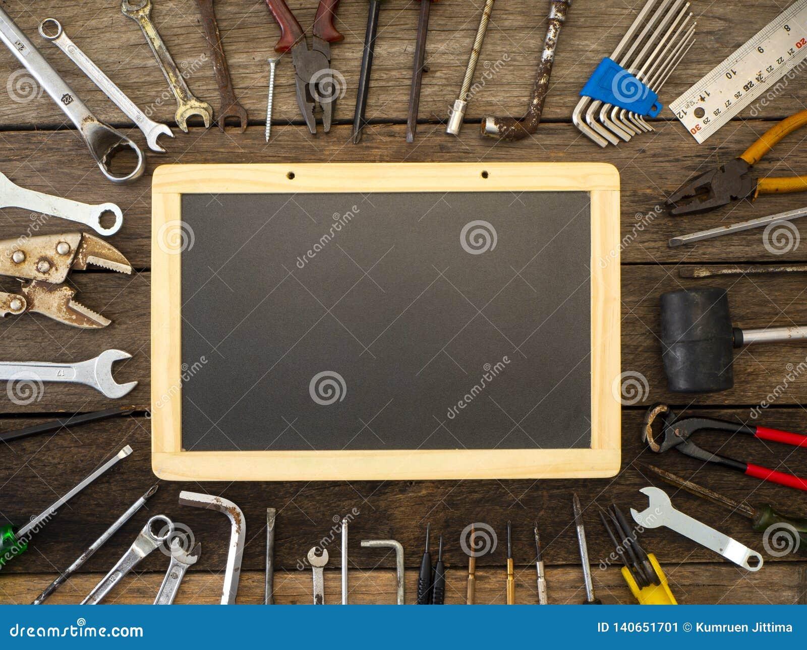 Reeks hulpmiddelen en instrumenten op houten achtergrond