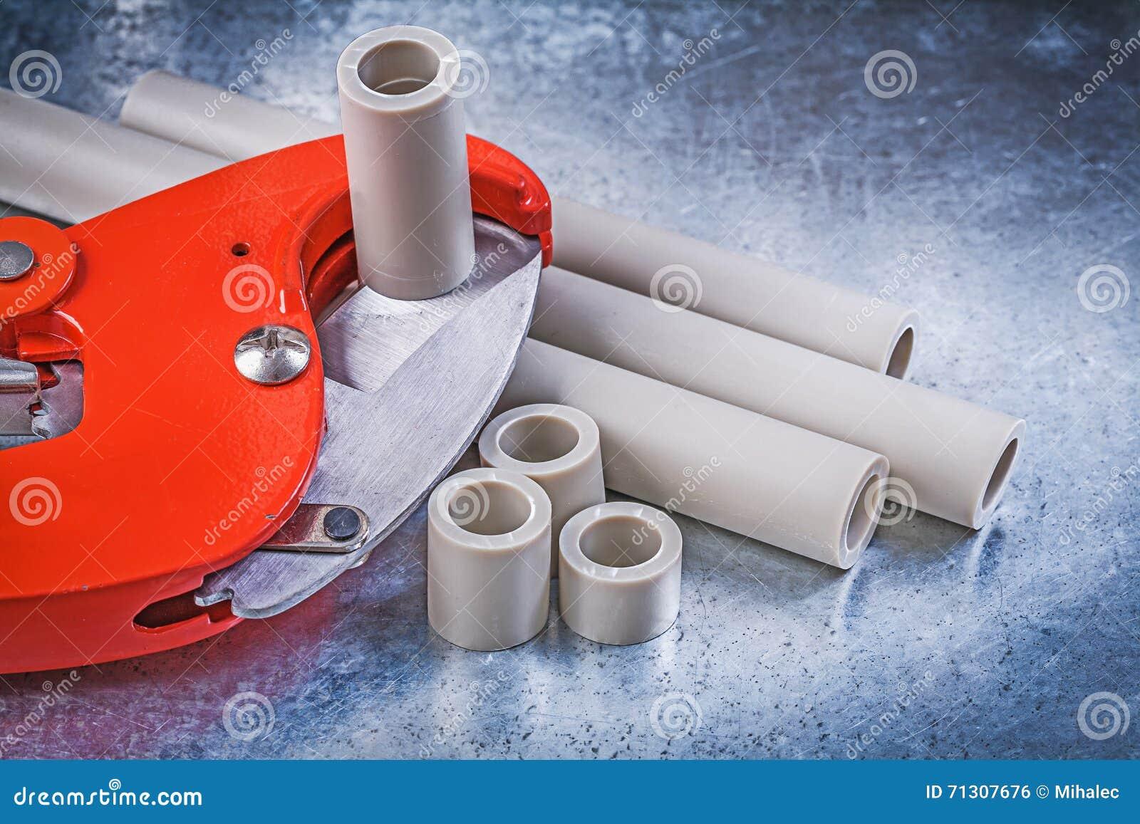 Reeks loodgietershulpmiddelen op gekrast metaalconcept als achtergrond