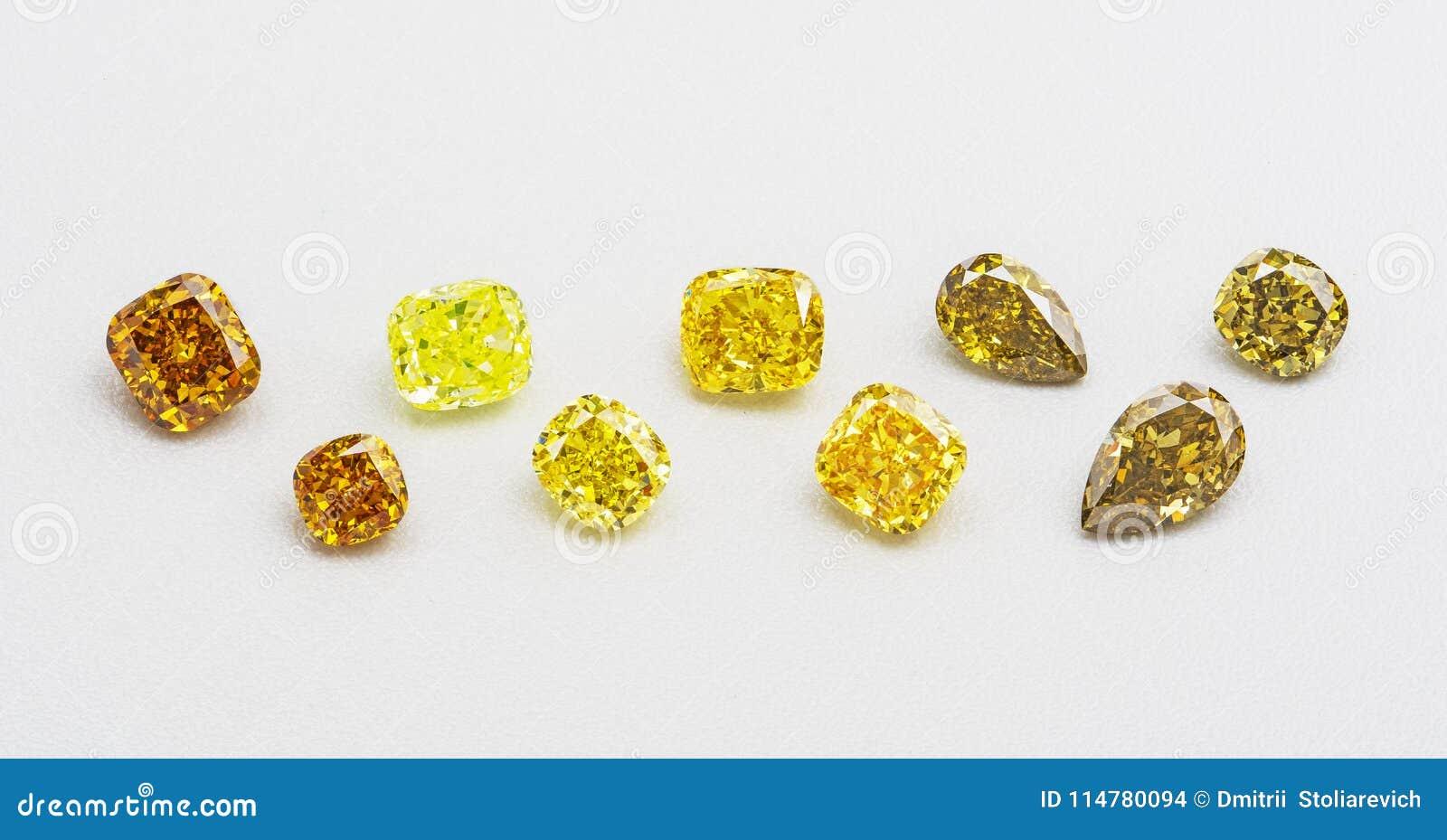 Reeks luxe gele en bruine transparante fonkelende halfedelstenen van diverse de diamantencollage van de besnoeiingsvorm op witte