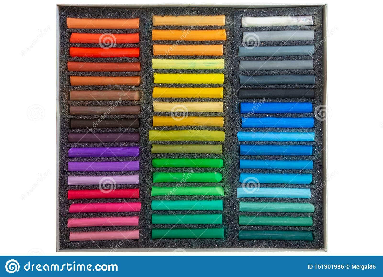 Reeks multicolored pastelkleurkleurpotloden op witte achtergrond