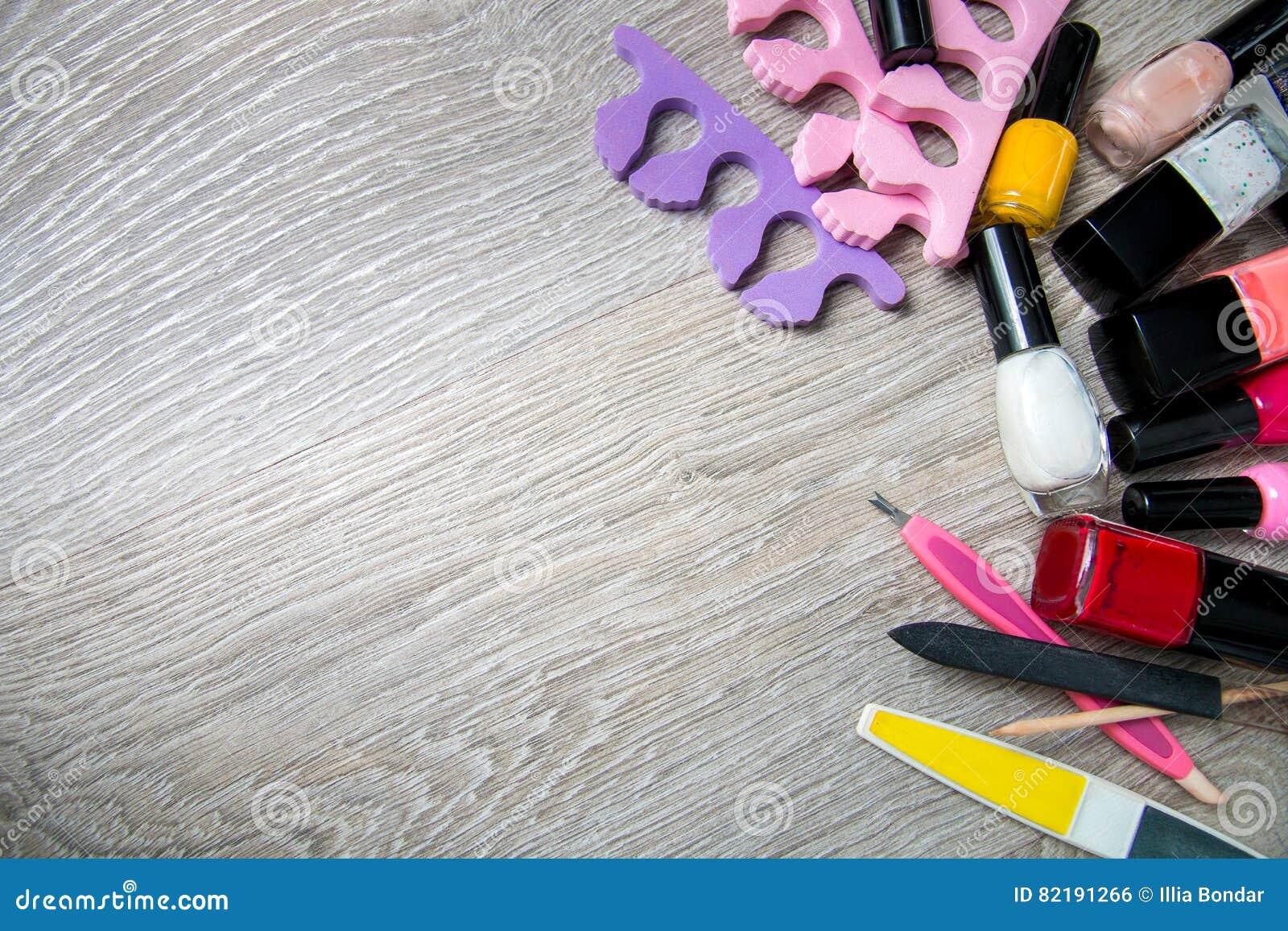 Reeks nagellak en hulpmiddelen voor manicurepedicure op een grijze houten achtergrond kader de - Grijze ruimte ...