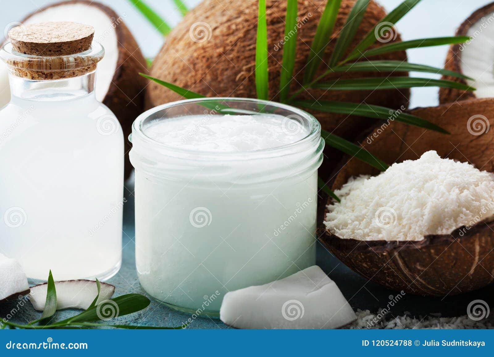 Reeks organische kokosnotenproducten voor kuuroord, schoonheidsmiddelen of voedselingrediënten verfraaide palmbladen Natuurlijke