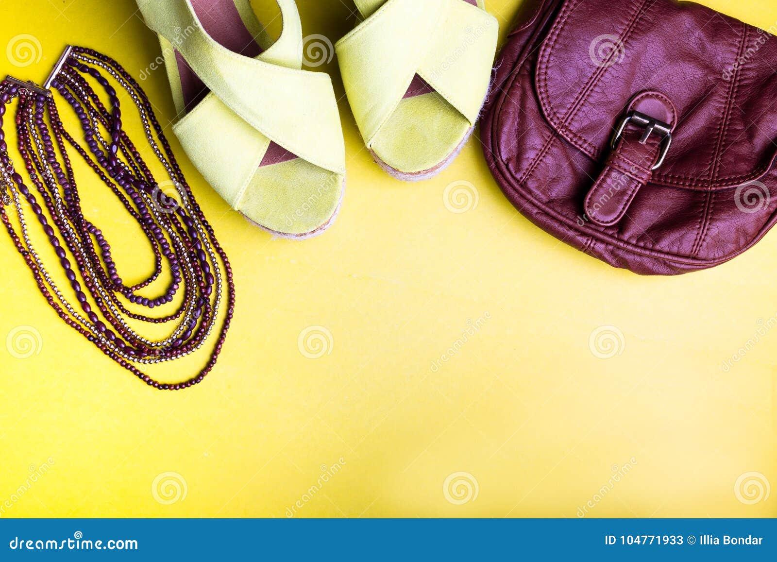Reeks Toebehoren van Vrouwen` s Dingen aan Zomer Bruin Zak Geel Platform Sandals, Halsband Vlak leg