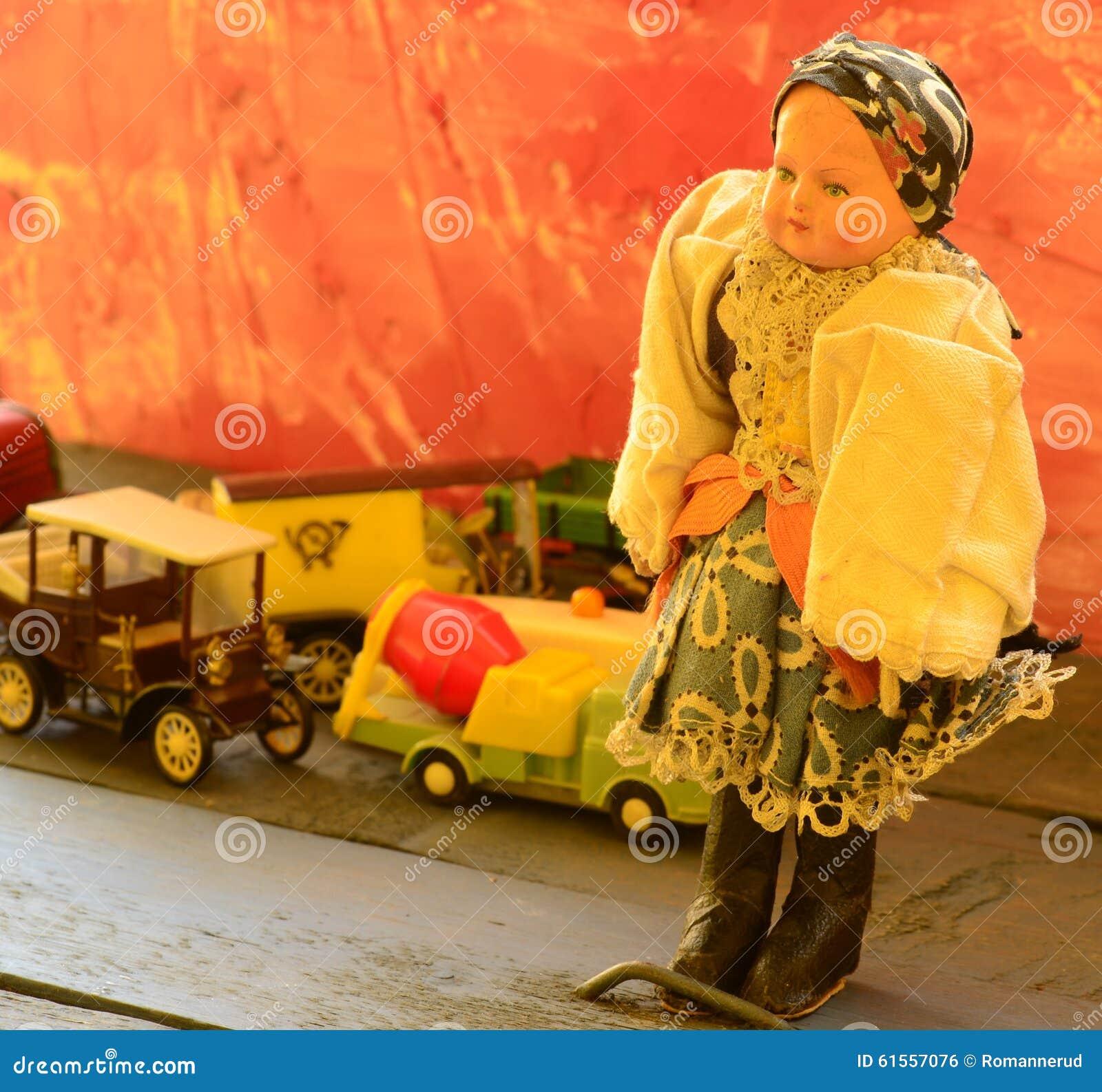 Reeks uitstekend speelgoed - pop, vrachtwagens (vrachtwagens), postauto, ziekenwagen en concrete mixervrachtwagen