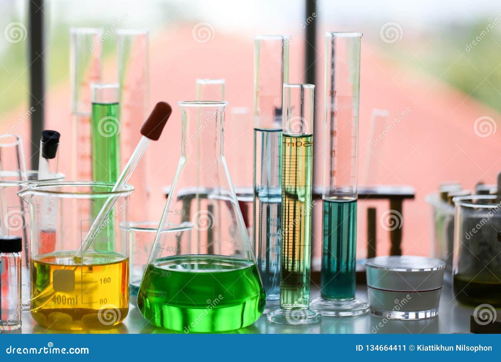 Reeks van Chemische buisontwikkeling en apotheek in laboratorium, biochemie en onderzoektechnologieconcept