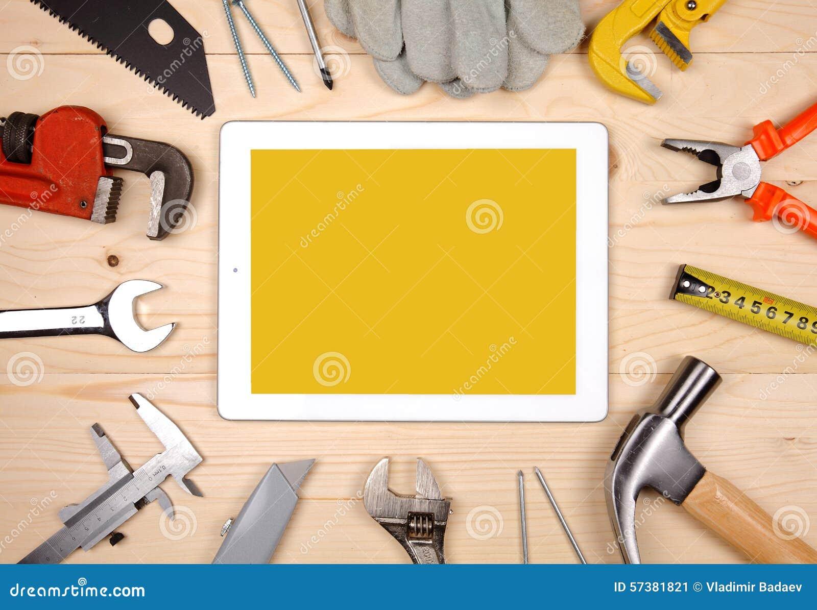 Reeks verschillende werkende hulpmiddelen met tablet