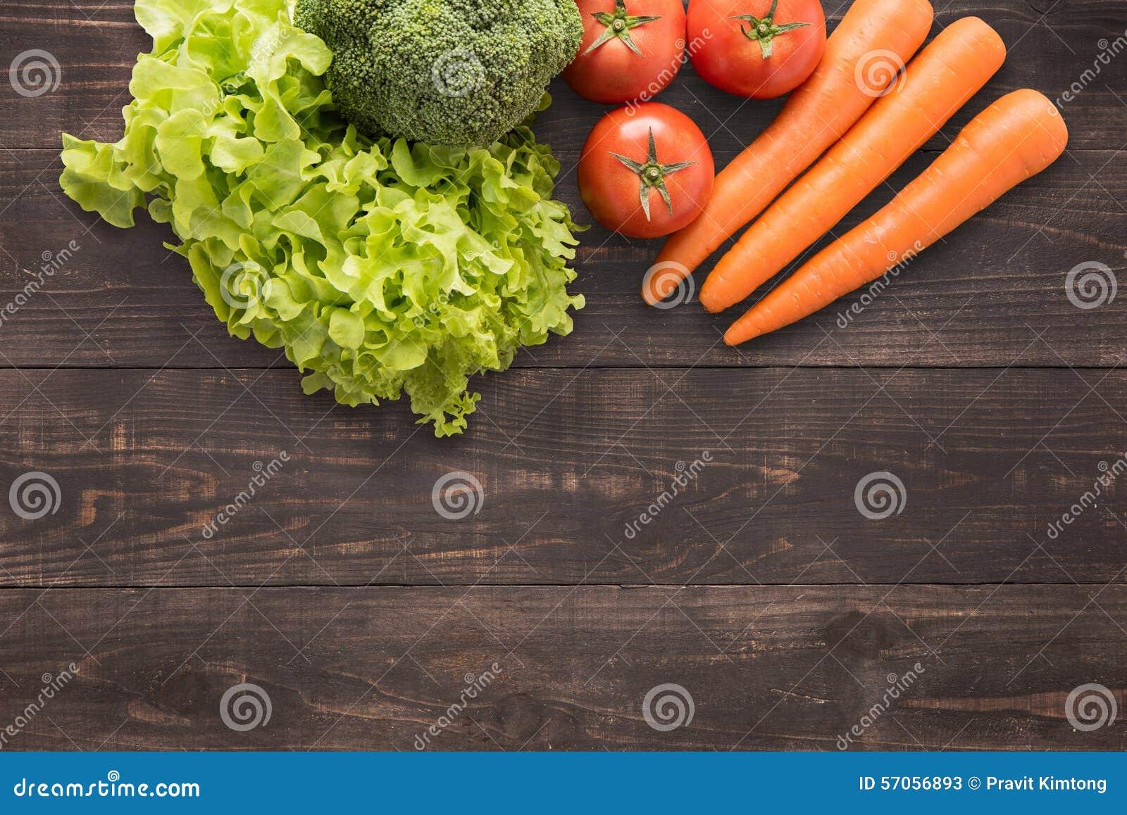 Reeks verse groenten op houten achtergrond met heel wat exemplaar SP