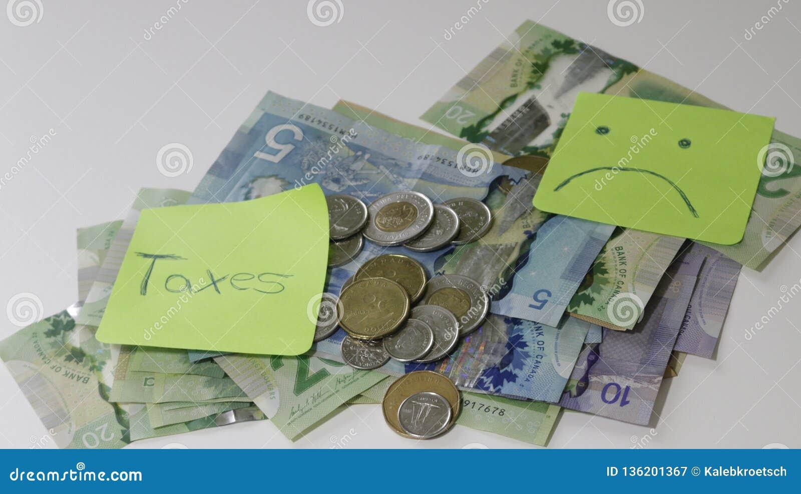 Reembolso de imposto canadense soletrado com telhas da letra e notas do dólar canadense