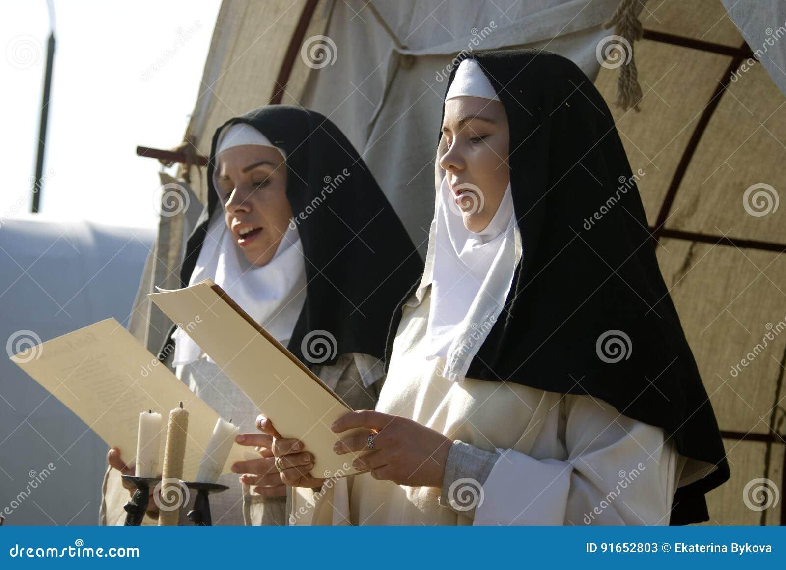 Reenactors i Kolomenskoye parkerar i Moskva Sånger för kvinnaallsångnegro spiritual