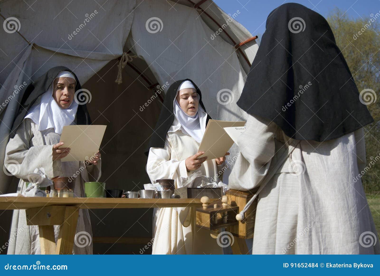 Reenactors in Kolomenskoye-park in Moskou De vrouwen zingen geestelijke liederen