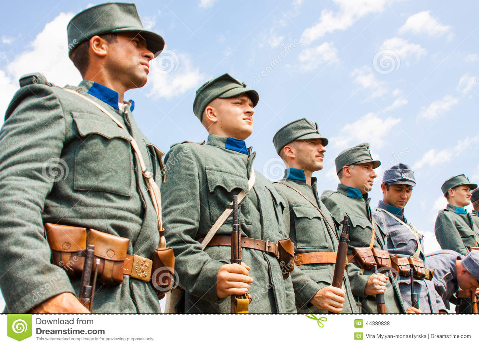 spesso Reenactors Militari In Uniformi Della Seconda Guerra Mondiale  XA56
