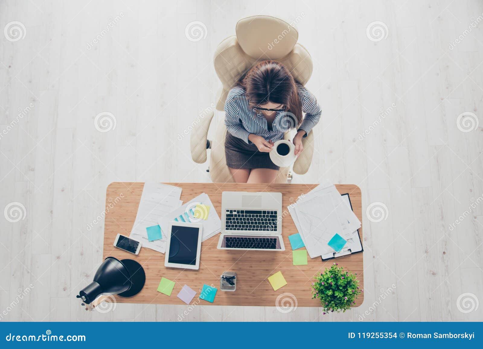 Refaites le plein d un avocat de dame ayant une pause-café à son lieu de travail