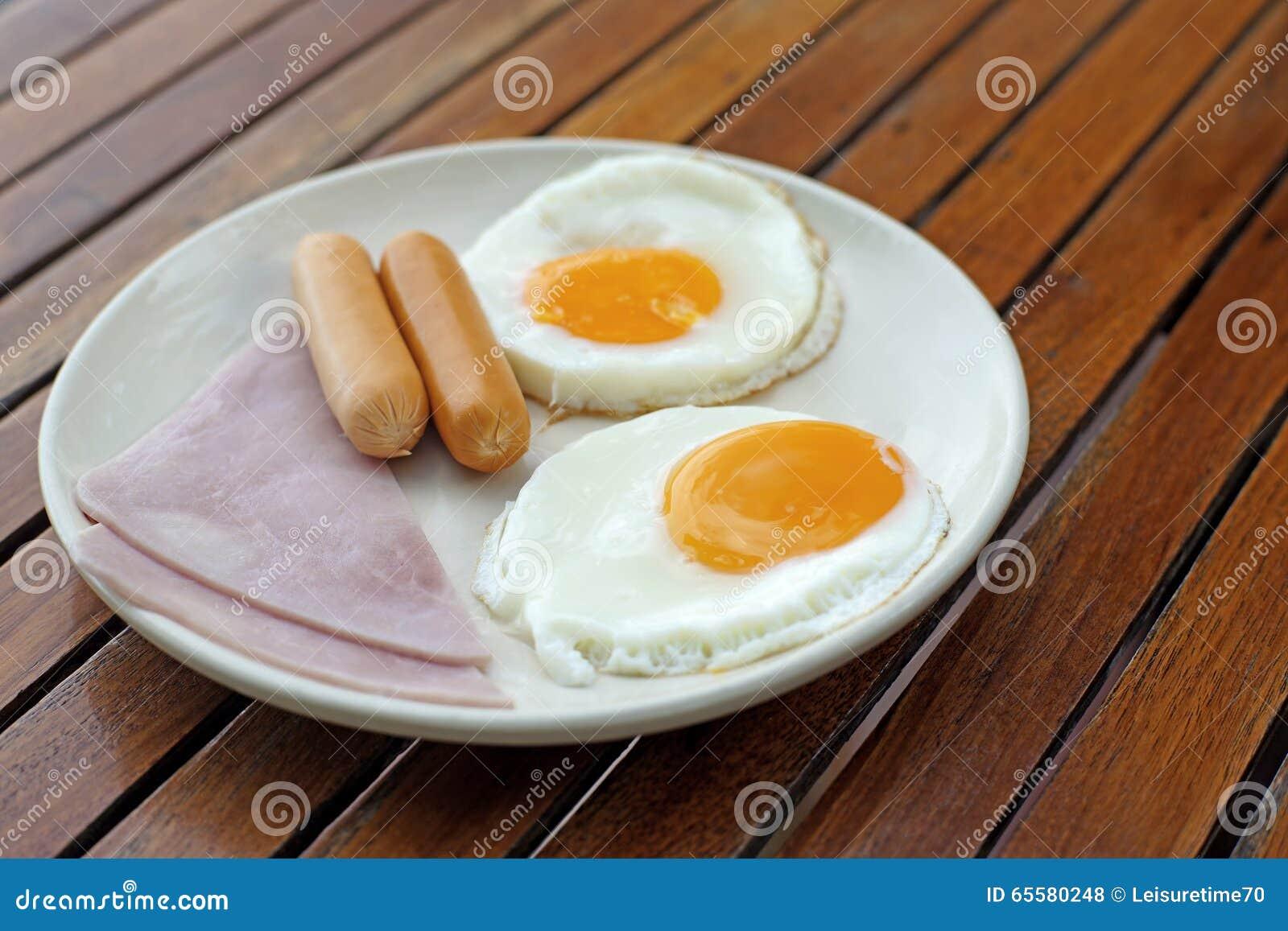 Refeição do café da manhã com salsicha e ovo do presunto