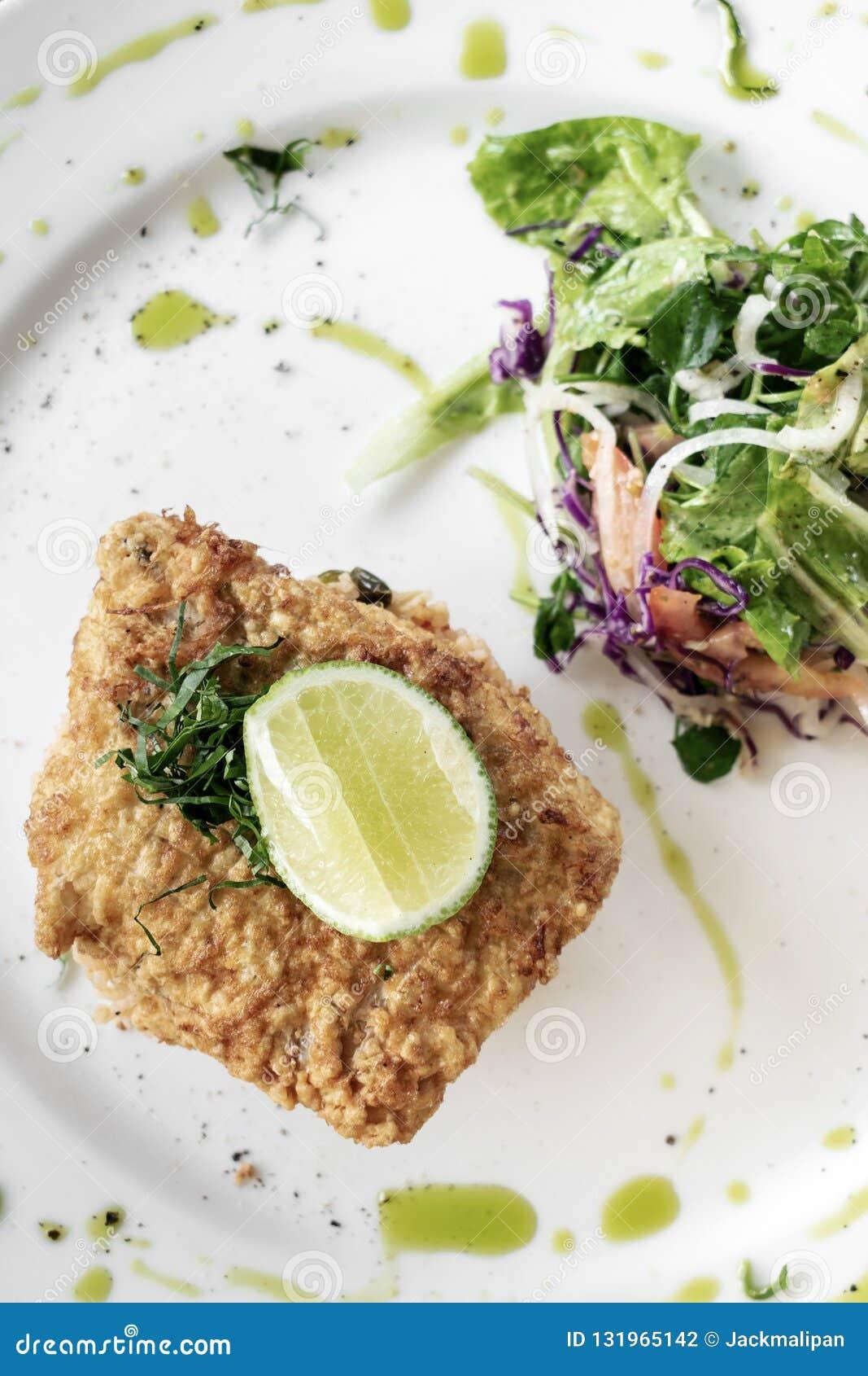 Refeição fritada fresca do almoço de luz do verão da faixa de peixes do bacalhau frito