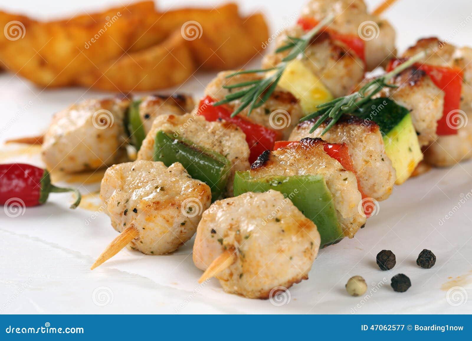 Refeição grelhada dos espetos da carne da galinha ou do peru com vegetais