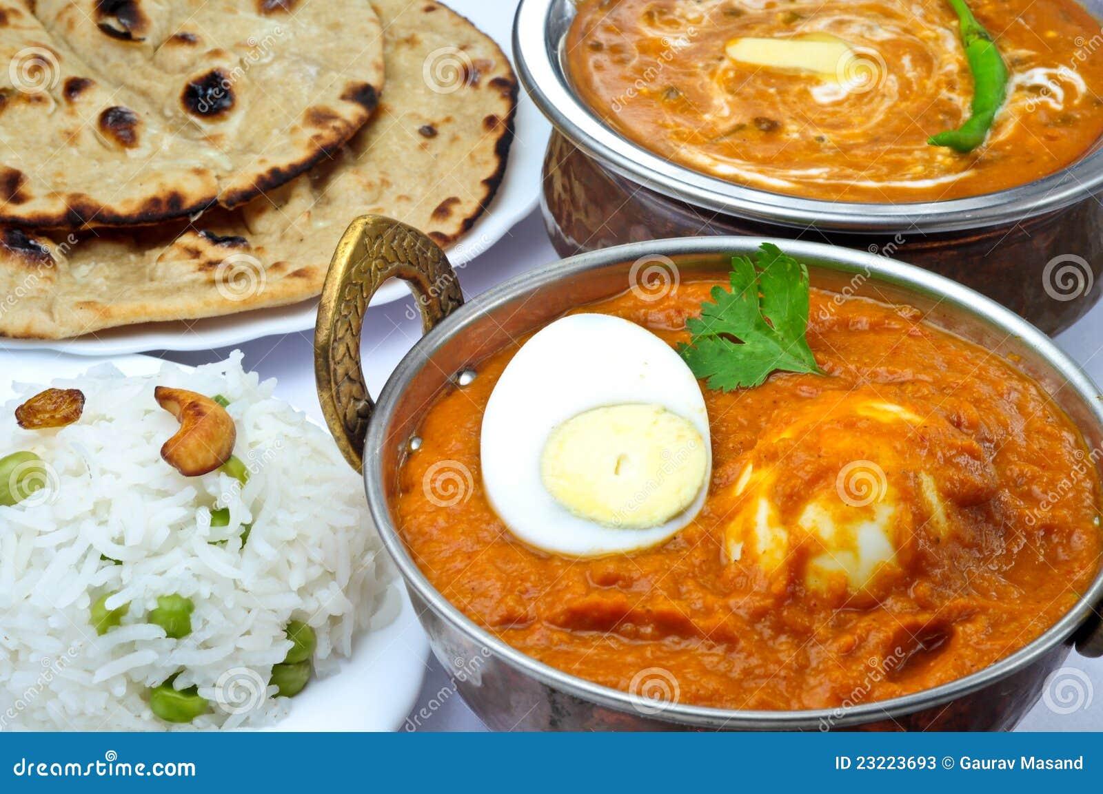 Refeição indiana com caril do ovo