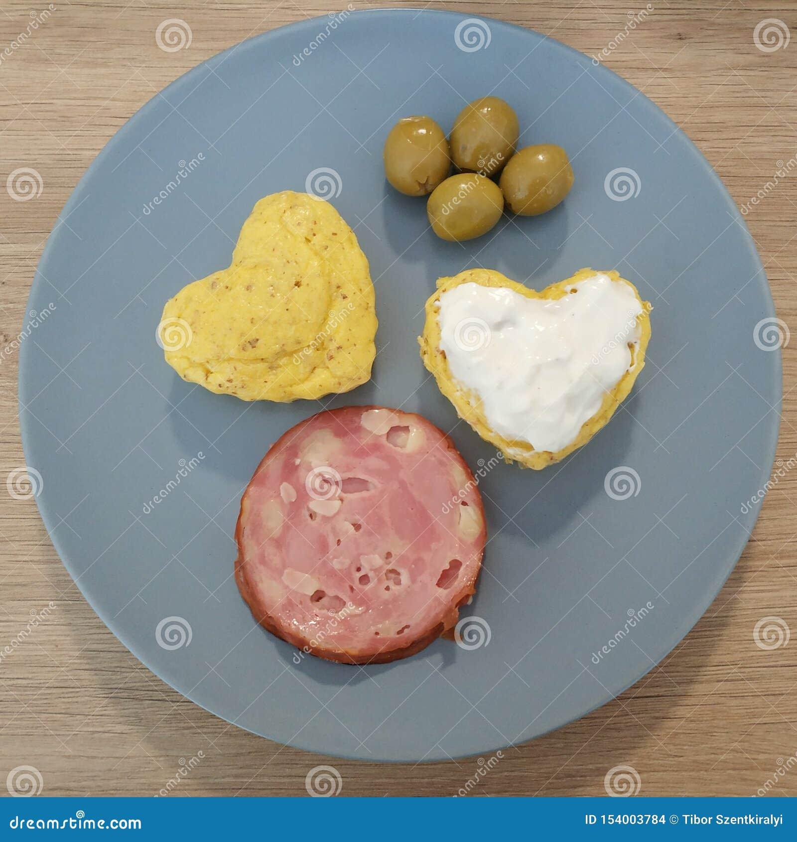 Refeição Ketogenic, pão do coração, queque com queijo creme, salame, azeitonas Alimento do Keto para a perda de peso Café da manh