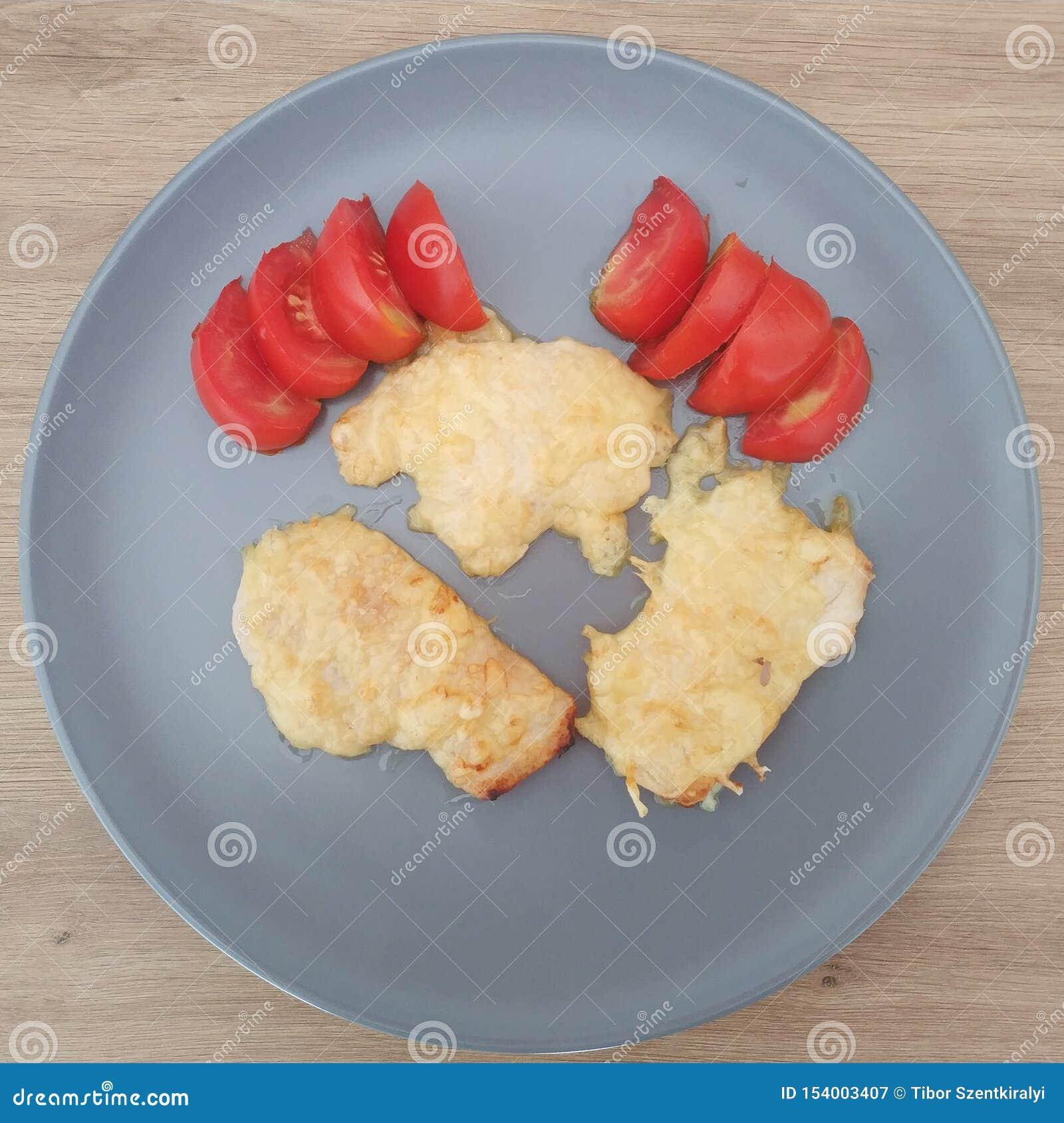 Refeição Ketogenic, peito de frango do queijo com tomates Alimento do Keto para a perda de peso Almo?o da dieta saud?vel