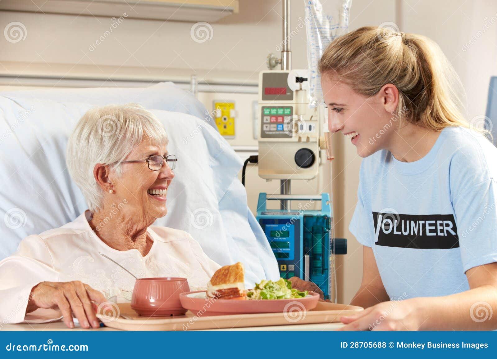 Refeição paciente fêmea superior do serviço voluntário adolescente