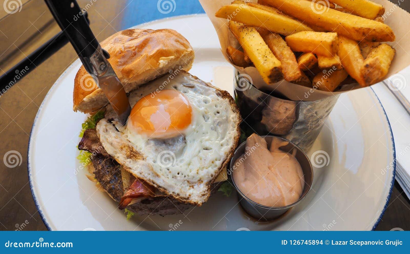 Refeição perfeita do hamburguer em um restaurante do hard rock