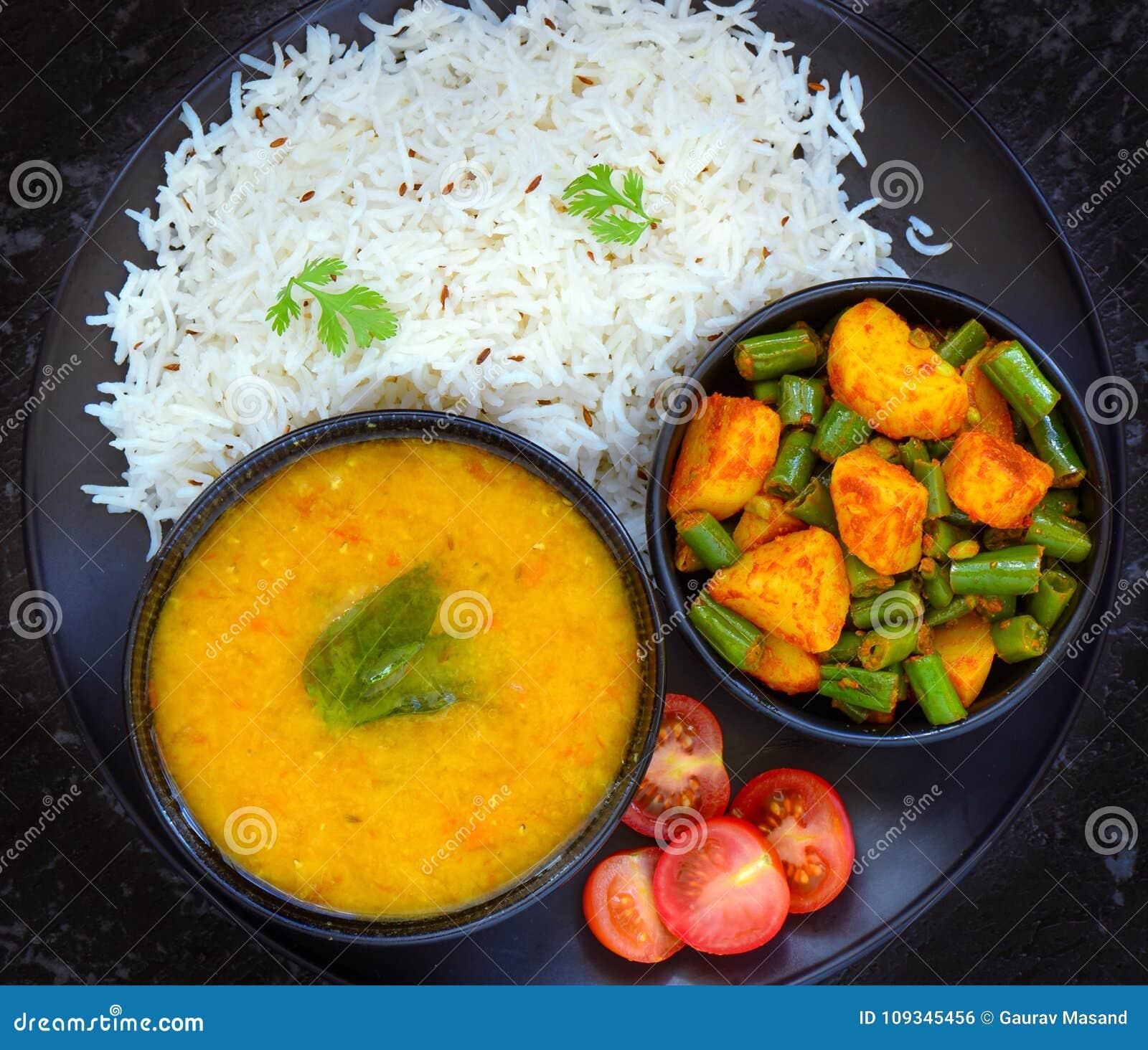 Refeição sem glúten indiana - lentilha de Mung dal, arroz e caril dos feijões