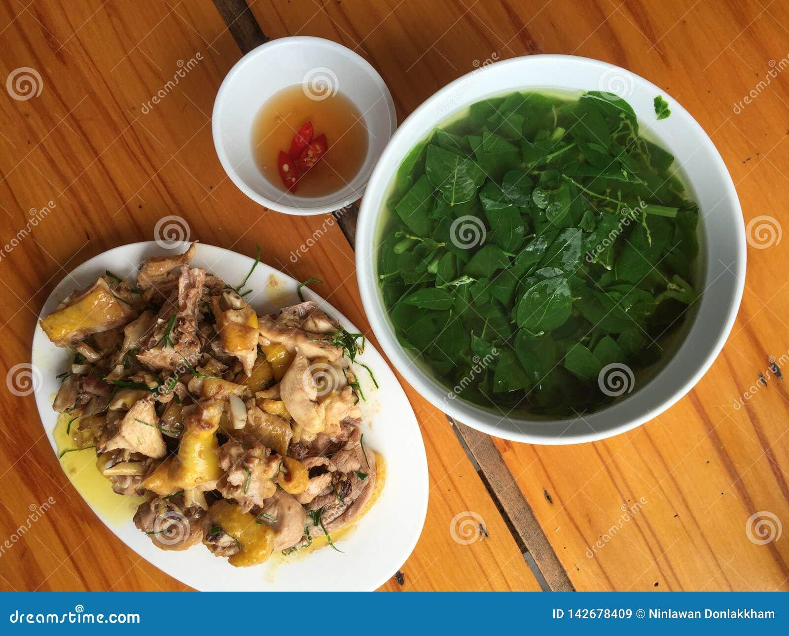 Refei??o vietnamiana com frango frito