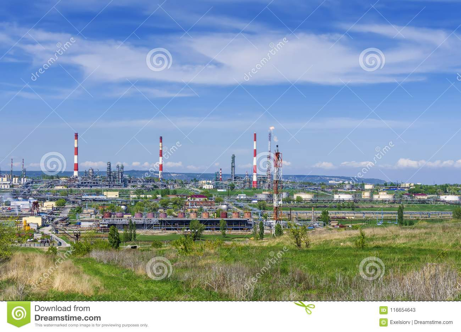 Refinaria de petróleo, tubulações, tocha ardente, biscoitos, cascas, tanques de armazenamento para produtos petrolíferos, contra