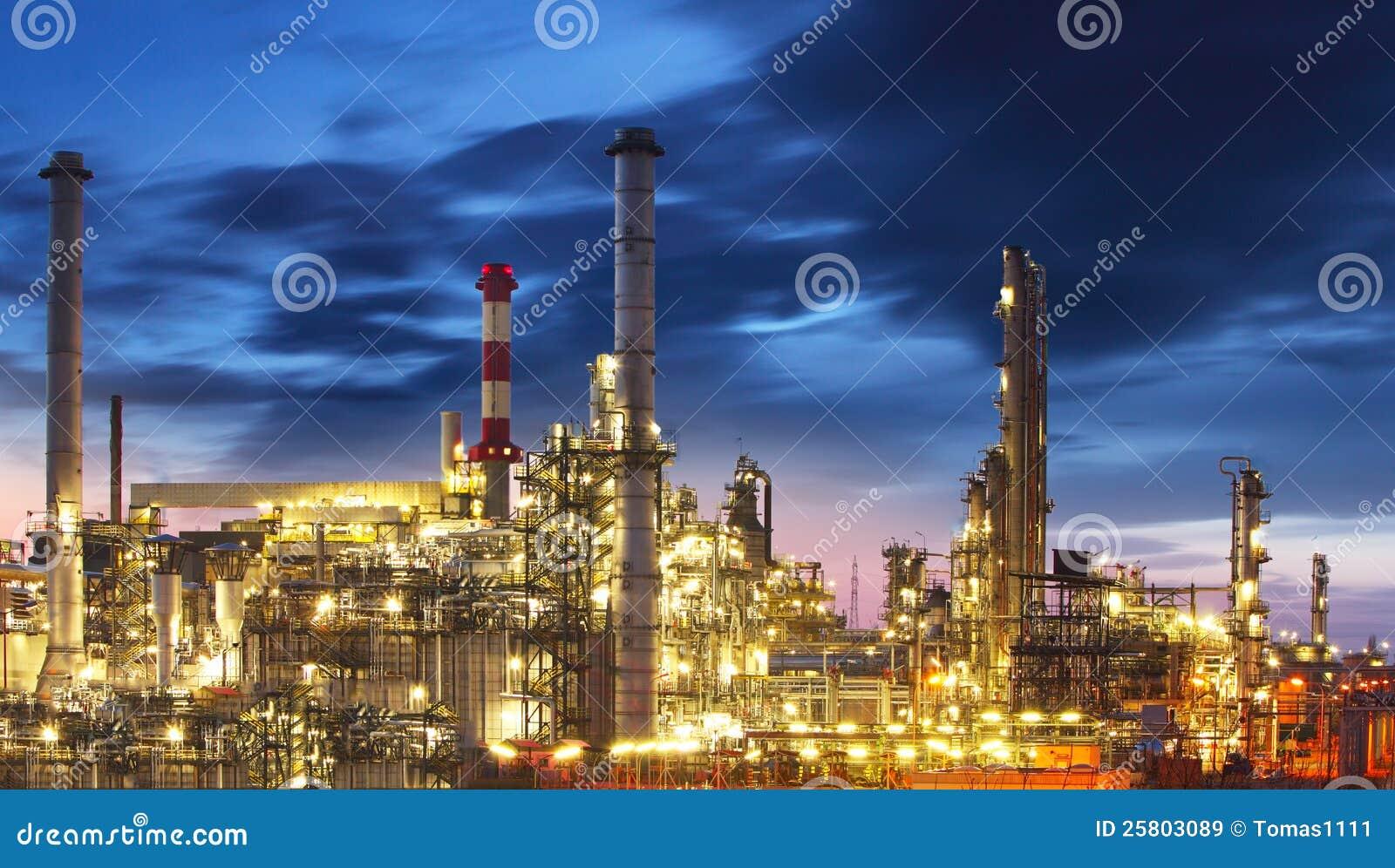 Refinaria do petróleo e do gás na noite