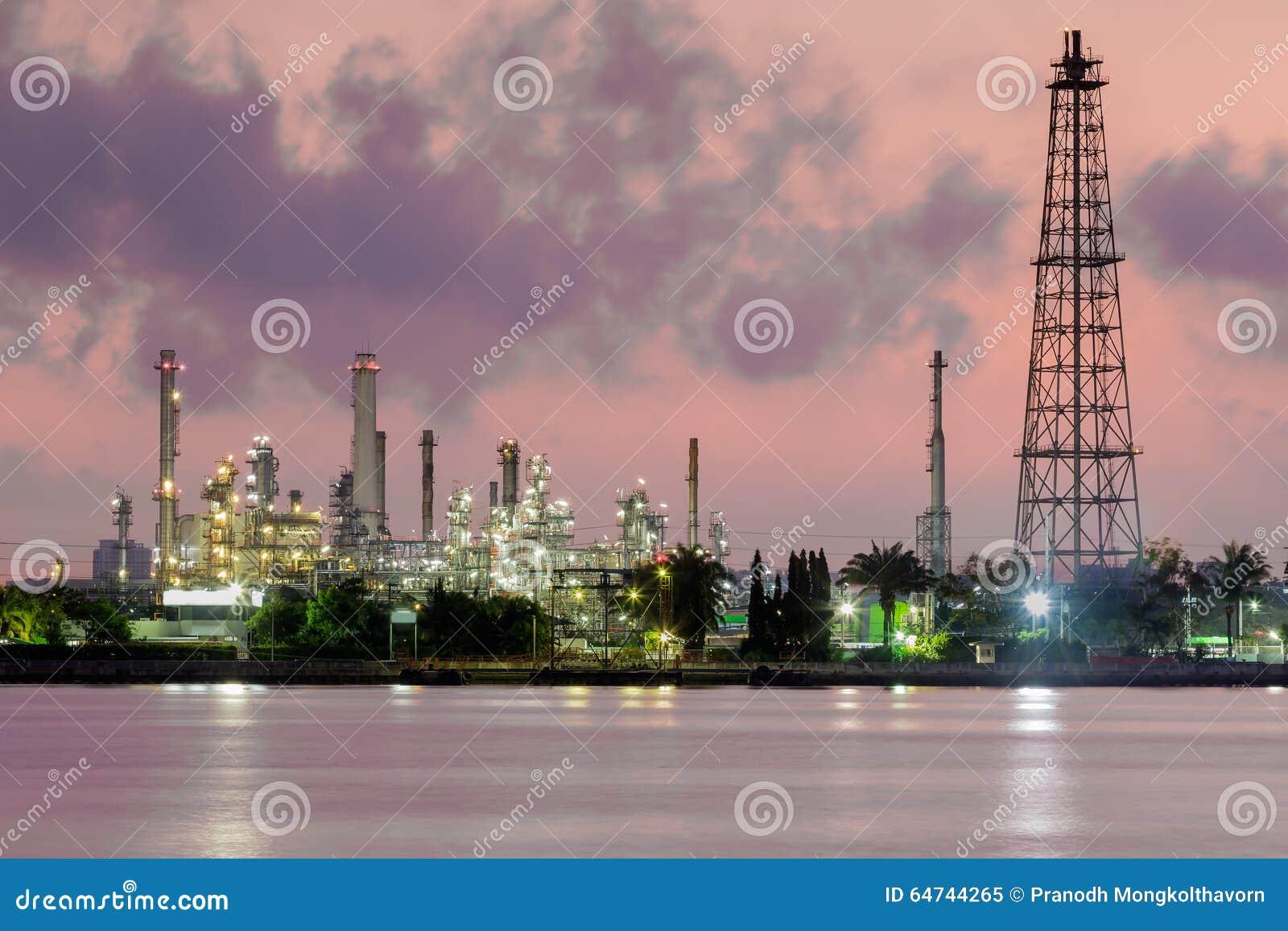Refinería de la industria del petróleo y gas, horizonte del río por la mañana