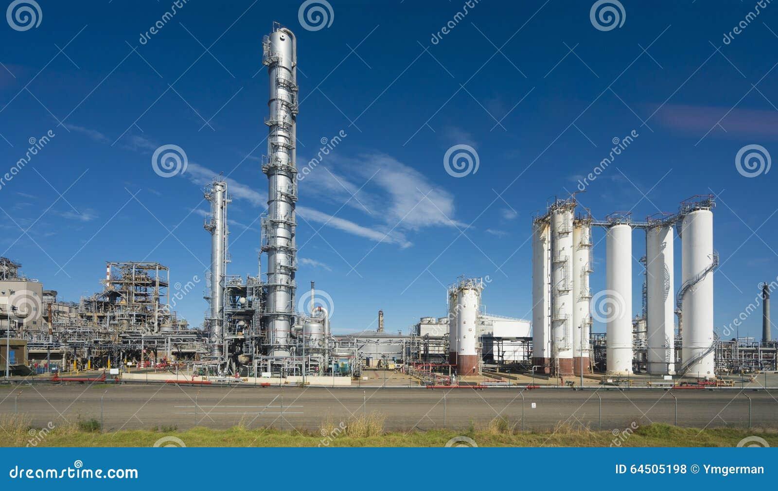 Refinería de petróleo contra el cielo azul
