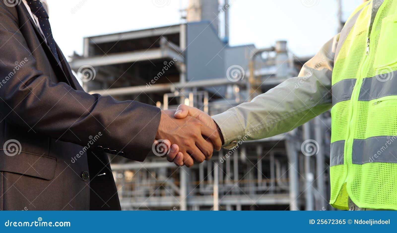 Refinería de petróleo del hombre de negocios y del ingeniero