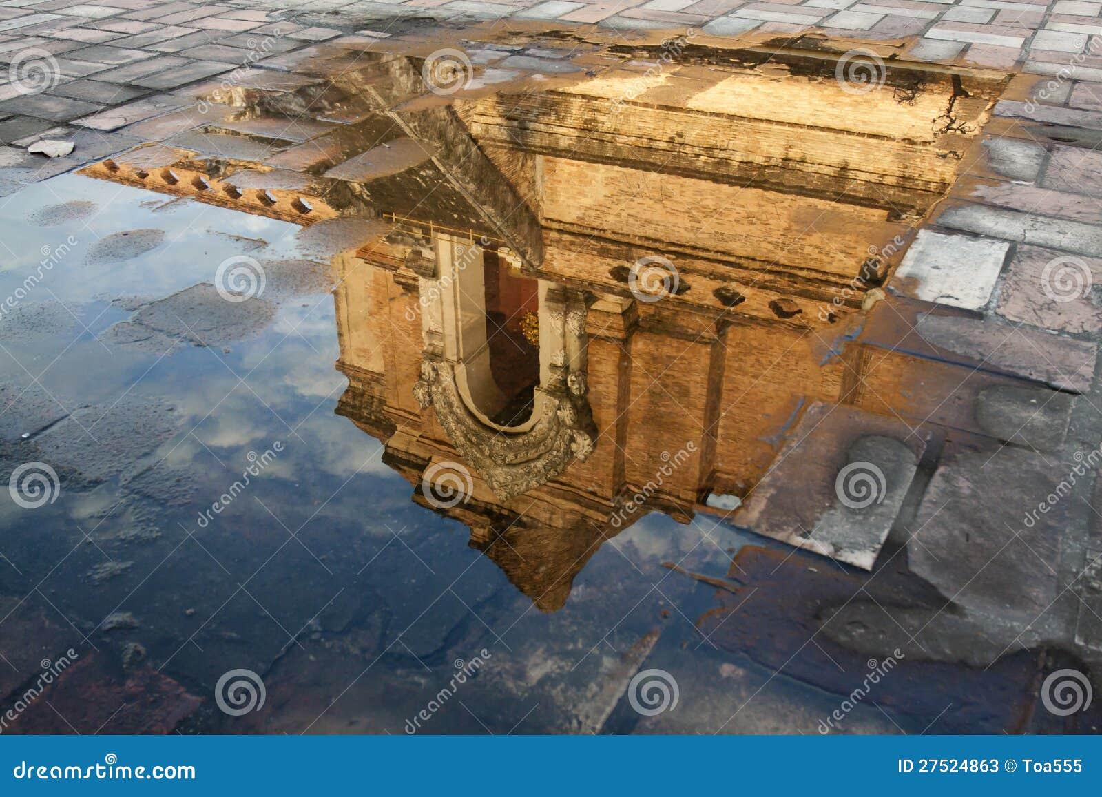 Refleje el cuadro de la pagoda del luang del chedi