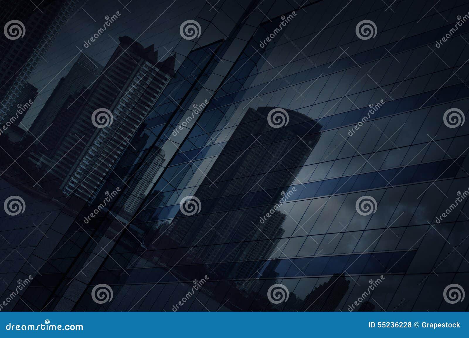 Reflektera av modern stads- och mörkerstromhimmel på torn för fönsterexponeringsglas