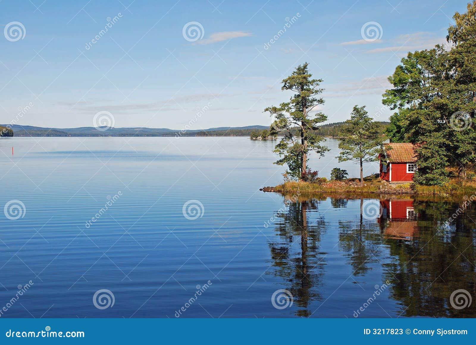Reflekterat sceniskt för hus lake