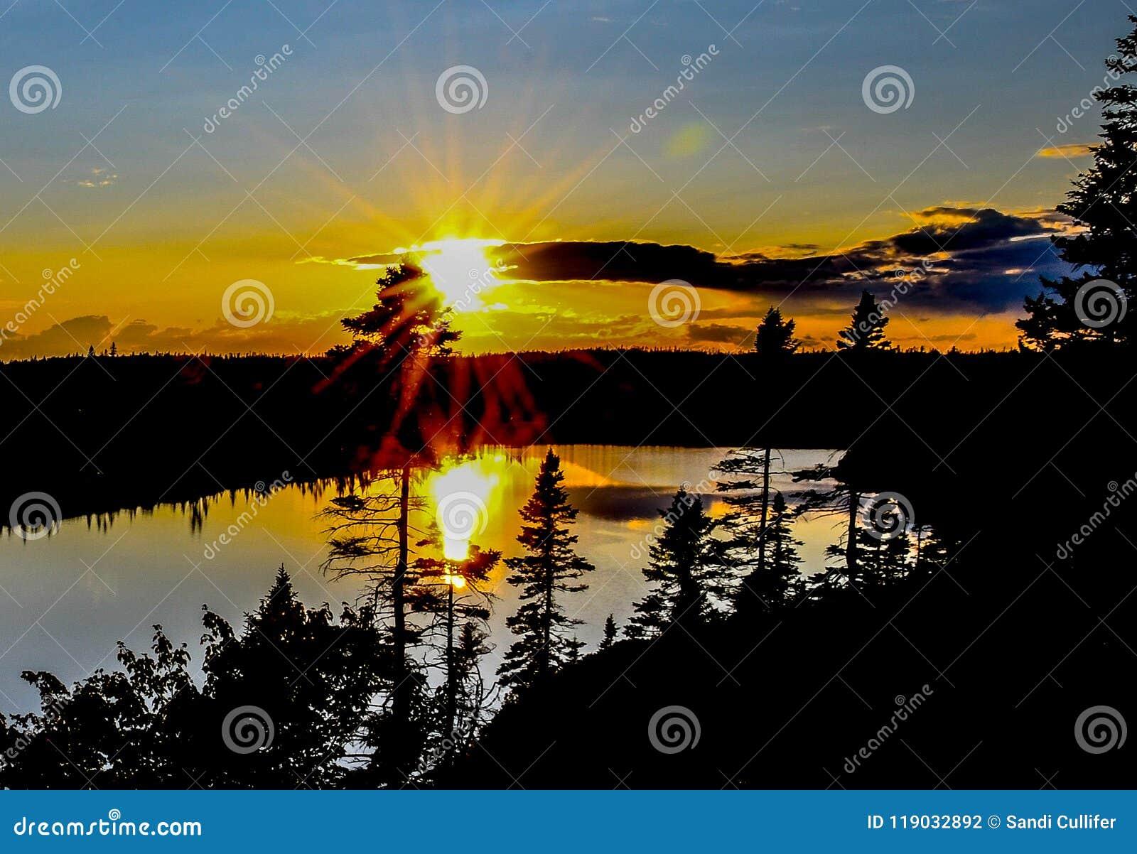 Reflektierende Sonnenstrahlen auf großem See