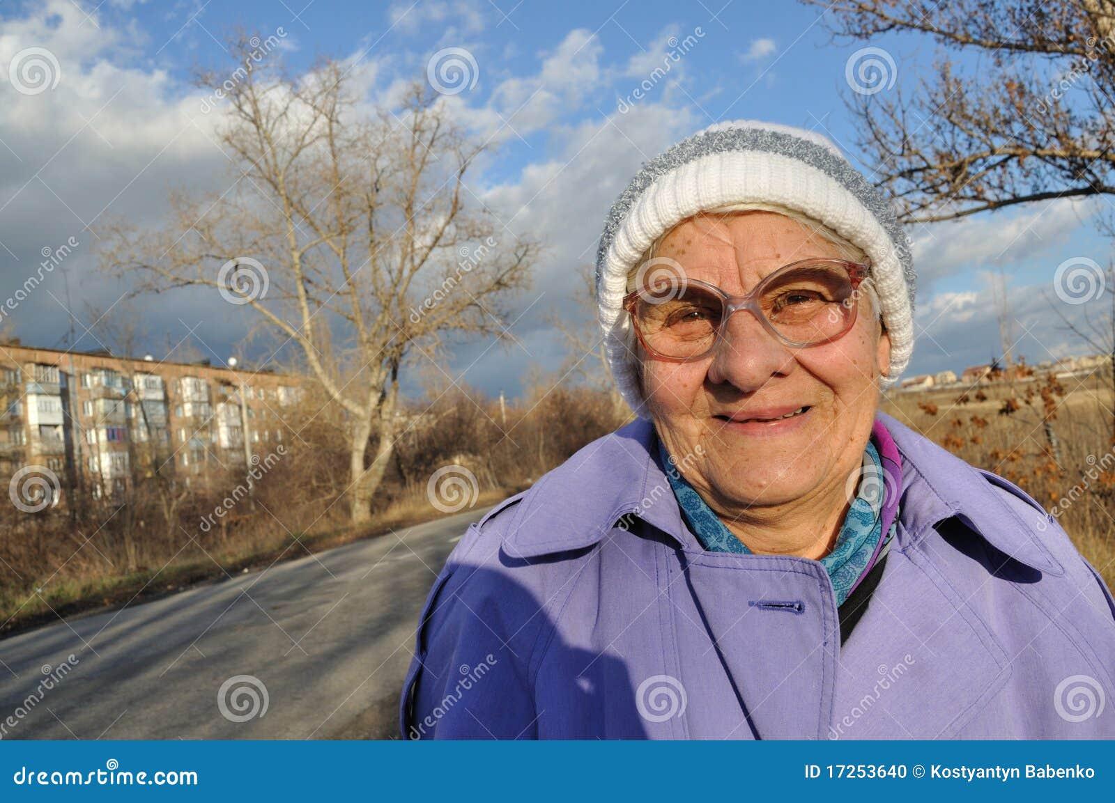 Reflektierende tragende Gläser einer älteren Frau